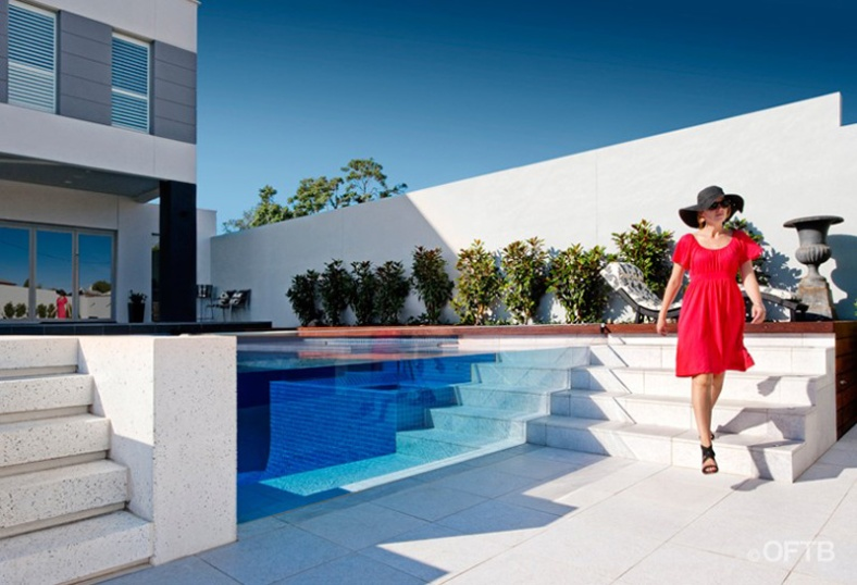 see-through-swimming-pool_131215_09