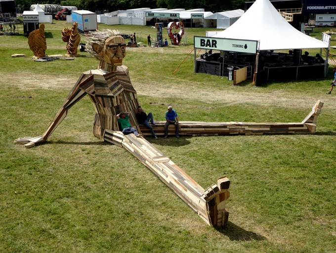 giant-scrap-wood-sculptures-thomas-dambo-5-680x511