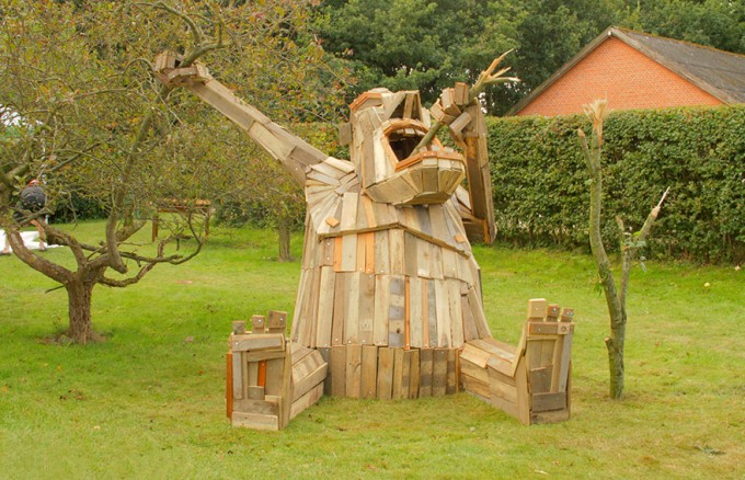 i-create-giant-sculptures-from-scrap-wood-__880-680x438
