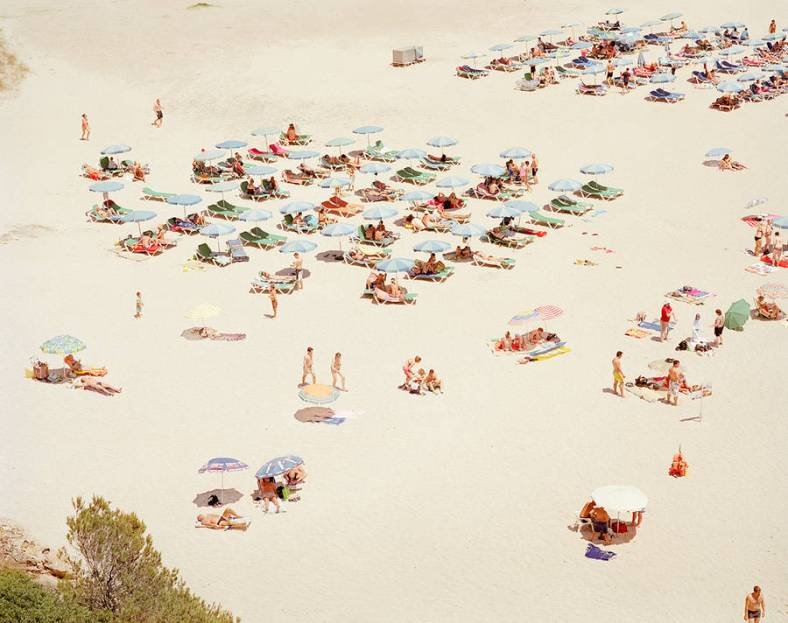 aerial-plans-of-vacationers-on-the-beach-9-900x712